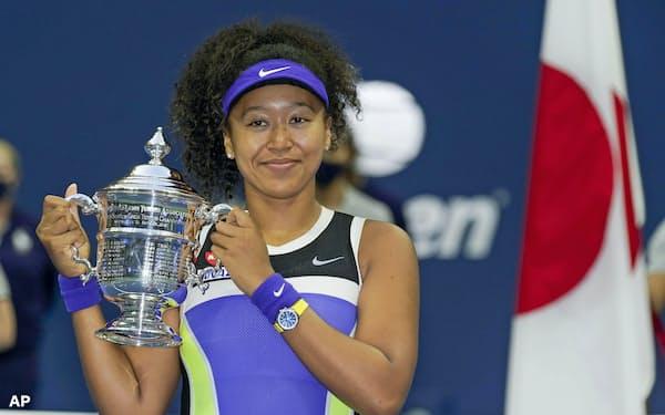 テニスの全米オープン女子シングルスで2年ぶり2度目の優勝を果たし、トロフィーを手に笑顔の大坂なおみ=AP