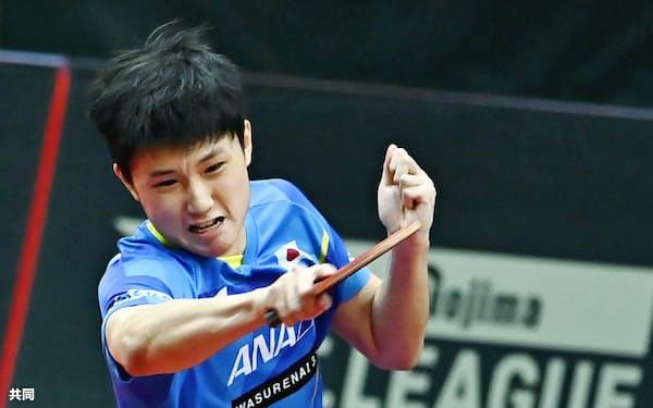 日本代表―Tリーグ選抜 第1試合でプレーする日本代表の張本智和(14日、東京都内)=共同