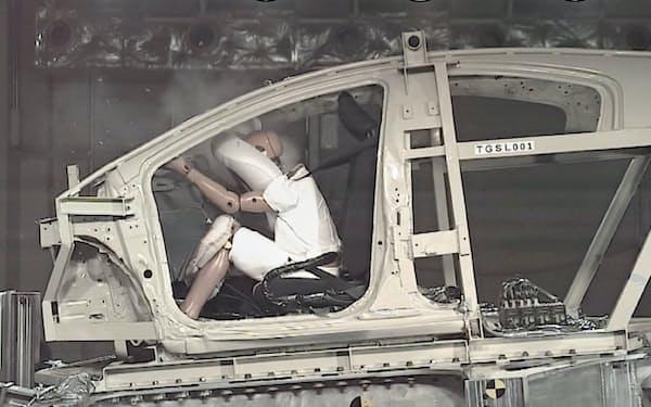 豊田合成のエアバッグの実験の様子。車体を後ろに動かすことで車体を傷つけずに調べられる