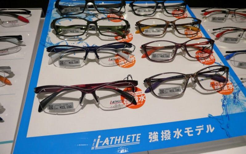 2019年12月の発売以来、約4万本売れた(静岡市の「眼鏡市場」の店頭)