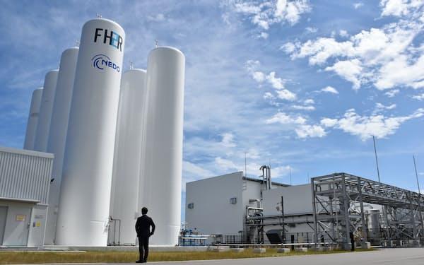 水を電気分解して製造した水素を円筒形のタンクに貯蔵する(福島県浪江町の水素エネルギー研究フィールド)