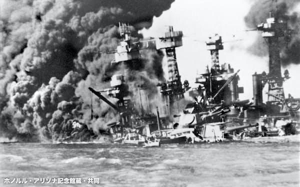 日本海軍航空隊による真珠湾攻撃で炎上する米軍戦艦「カリフォルニア」=1941年12月8日(ホノルル・アリゾナ記念館蔵)=共同