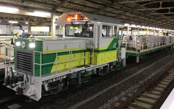 夜間作業に使用する大型機械=JR東日本提供