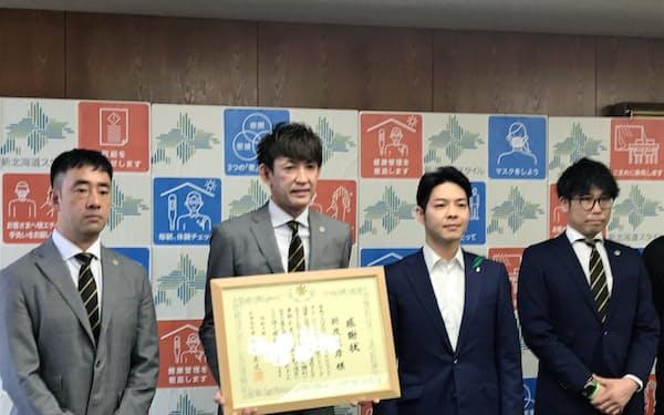レバンガ北海道の折茂社長(左から2人目)に感謝状が贈られた