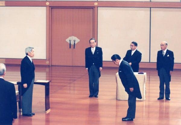 親任式で天皇陛下から、任命を受ける橋本首相=1996年11月7日午後9時13分、皇居・宮殿「松の間」=代表撮影・時事