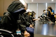 中国当局に拘束された12人の家族は香港政府に支援を求めた(12日、香港)=ロイター