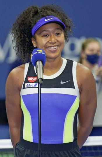 テニスの全米オープン女子シングルスで2年ぶり2度目の優勝を果たし、笑顔でインタビューに答える大坂なおみ(12日、ニューヨーク)=AP