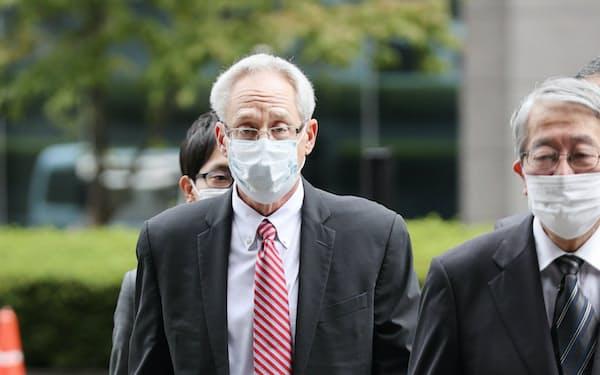 初公判のため東京地裁に入る日産自動車元代表取締役のグレッグ・ケリー被告(左)(15日、東京都千代田区)=代表撮影