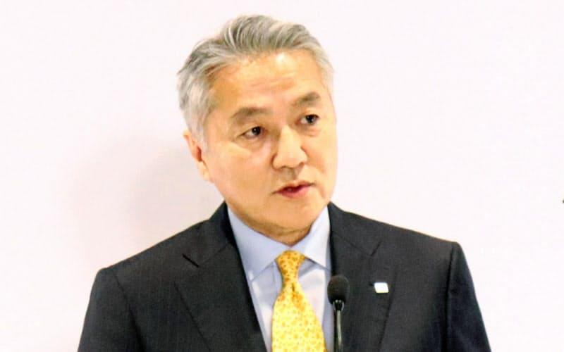 経営戦略について説明するブリヂストンの石橋秀一CEO(15日、東京都小平市)