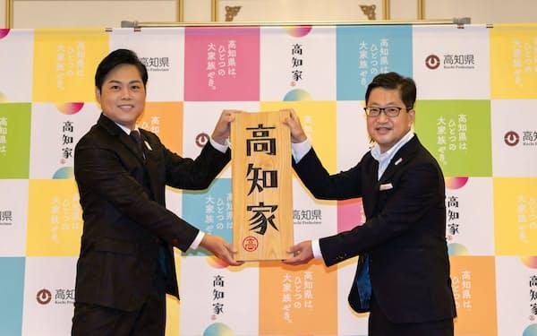 「高知家のアニキ」となった三山ひろしさん(左)(15日、高知市内)