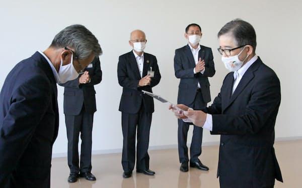 認定書の交付を受けたシバセ工業の磯田社長(右)(15日、岡山市)