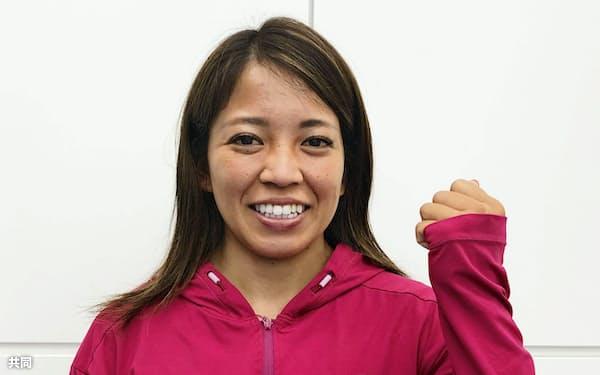 欧州遠征出発前に羽田空港で取材に応じるカヌー・スラロームの女子カヤックシングル東京五輪代表の矢沢亜季(15日)=共同