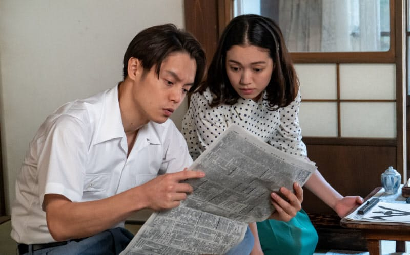 古山裕一を演じる窪田正孝(左)と妻・音の二階堂ふみ