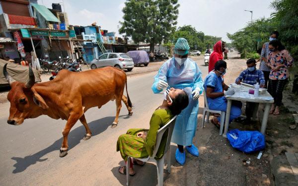 インドでもコロナ禍で感染を恐れ病院に行くのを避ける傾向が広がった(4日、アーメダバード)=ロイター