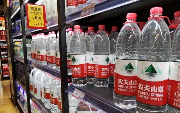 中国のミネラルウオーター市場は拡大が続いている(8月27日、遼寧省大連市)