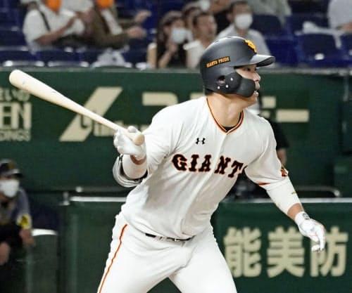 6回巨人1死満塁、大城が右前に勝ち越し2点打を放つ(15日、東京ドーム)=共同