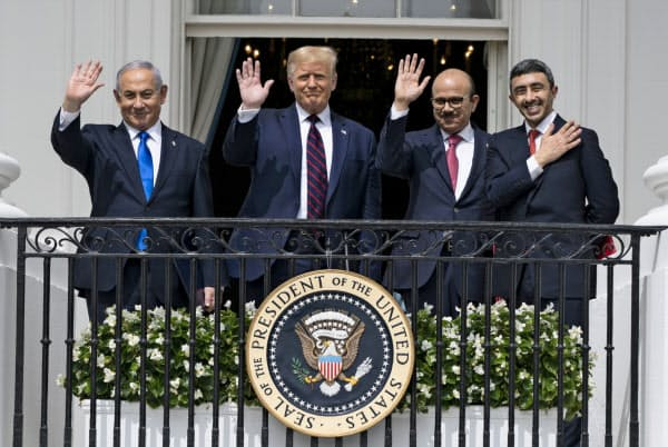 15日、米ホワイトハウスで国交正常化合意の署名式に出席した(左から)イスラエルのネタニヤフ首相、トランプ大統領、バーレーン、UAEの両外相=AP