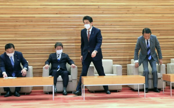 臨時閣議に臨む安倍首相(16日午前、首相官邸)