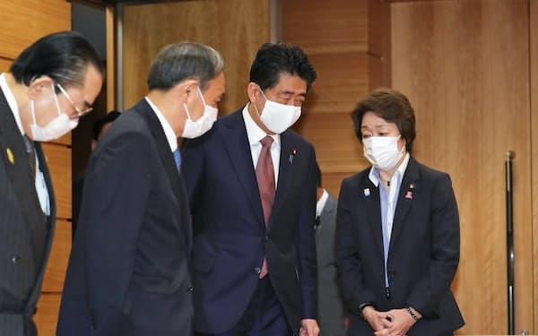 臨時閣議に臨む安倍首相と菅官房長官(左から2人目)=16日午前、首相官邸