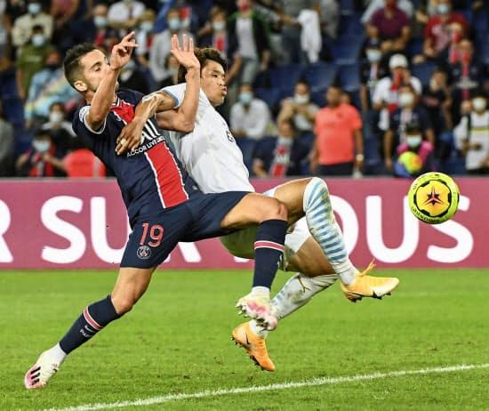 10月の日本代表の国際試合にフランスで活躍する酒井(右)を呼ぶことは難しいか=共同