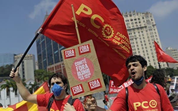ブラジルの格差是正を訴えるデモ。新型コロナウイルスのパンデミックで各国で格差の抜本的改革を迫る声が挙がっている=AP