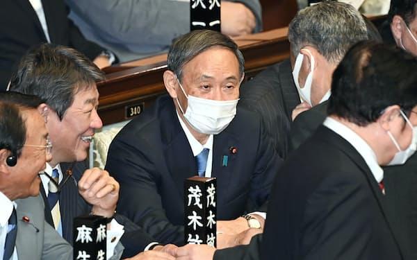 衆院本会議に臨む自民党の菅総裁(16日)