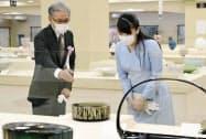 第67回日本伝統工芸展を訪れ、作品を鑑賞する秋篠宮家の長女眞子さま(16日午前、東京都中央区の日本橋三越本店)=共同
