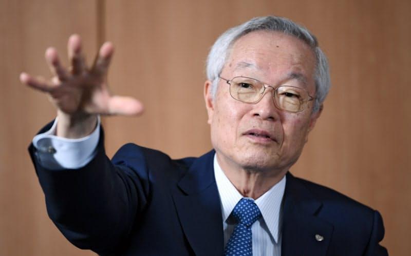江崎グリコの江崎勝久社長は「菓子に付加価値を付け人々の『必需品』にする」と語る