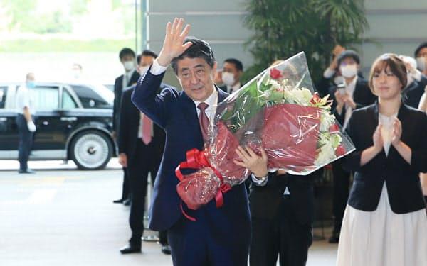 花束を受け取り、首相官邸を後にする安倍首相(9月16日)