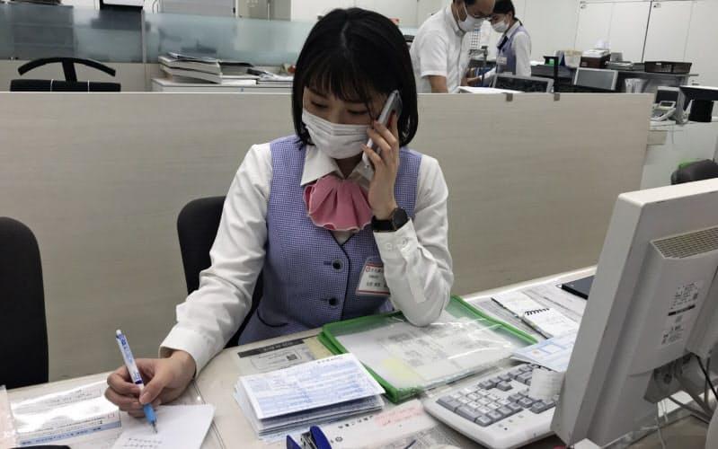 固定電話の廃止に伴い全行員にスマートフォンを貸与した(十六銀の加納支店、岐阜市)