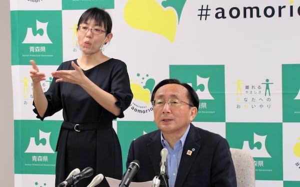 9月補正予算案を発表する青森県の三村申吾知事(16日、青森県庁)