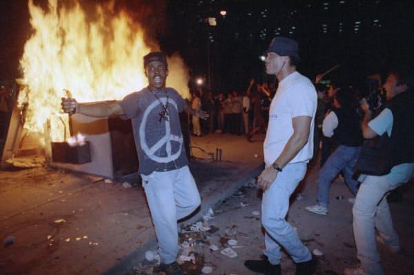 1992年に起きた「ロサンゼルス暴動」。警官隊との衝突で1万人以上の逮捕者が出た=AP