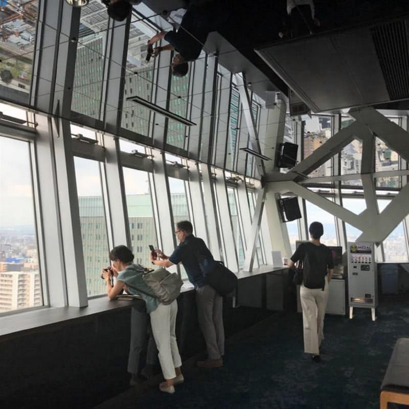地上90メートルのスカイデッキでは足元と天井にミラーが施されている(名古屋テレビ塔、16日)