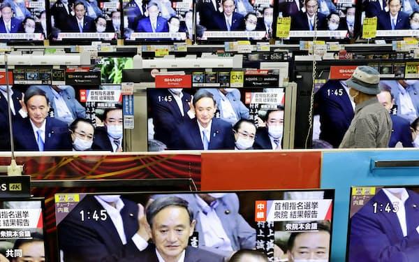 菅氏が新首相に指名された衆院本会議の中継を流す家電量販店(16日午後、福岡・天神のベスト電器福岡本店)=共同