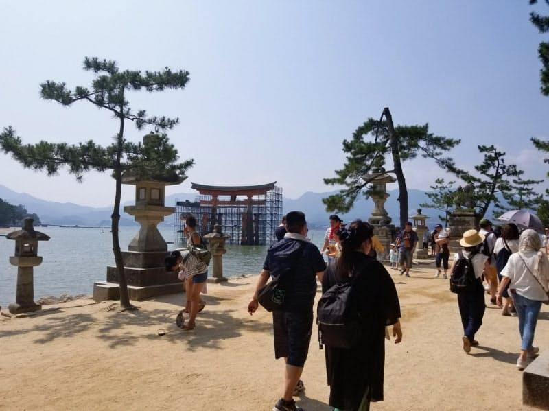 有力観光地は新政権に対して安心して旅行できる体制作りを望む声が強い(広島県廿日市市の宮島、昨年8月)