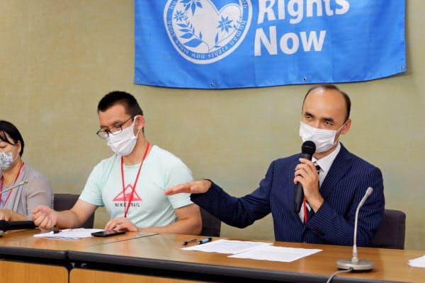 NGO主催の会見で話す日本ウイグル協会のレテプ・アフメット副会長(右)(8月28日、東京都千代田区)