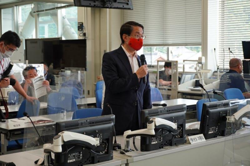 16日に開いた鳥取県の新型コロナ対策本部会議で説明する平井知事