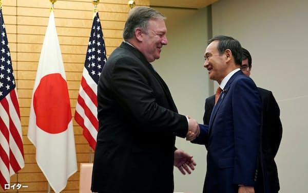 官房長官時代、訪日したポンペオ米国務長官(左)と首相官邸で握手する菅義偉氏(2018年10月=ロイター