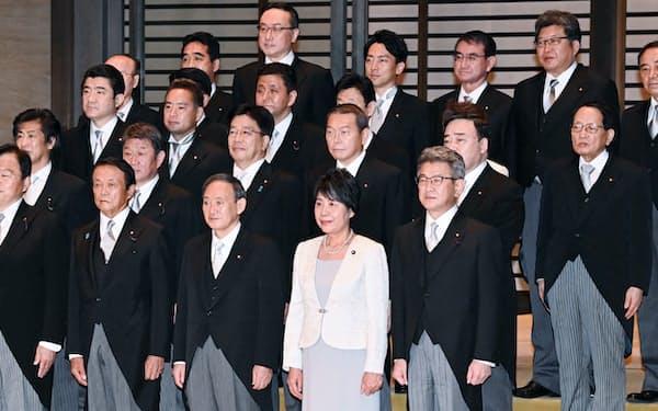 認証式を終え、記念写真に納まる菅内閣の閣僚(16日、皇居)