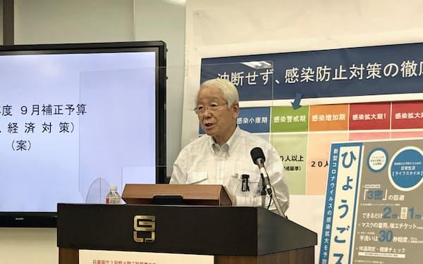 補正予算案について説明する兵庫県の井戸知事(16日、神戸市)