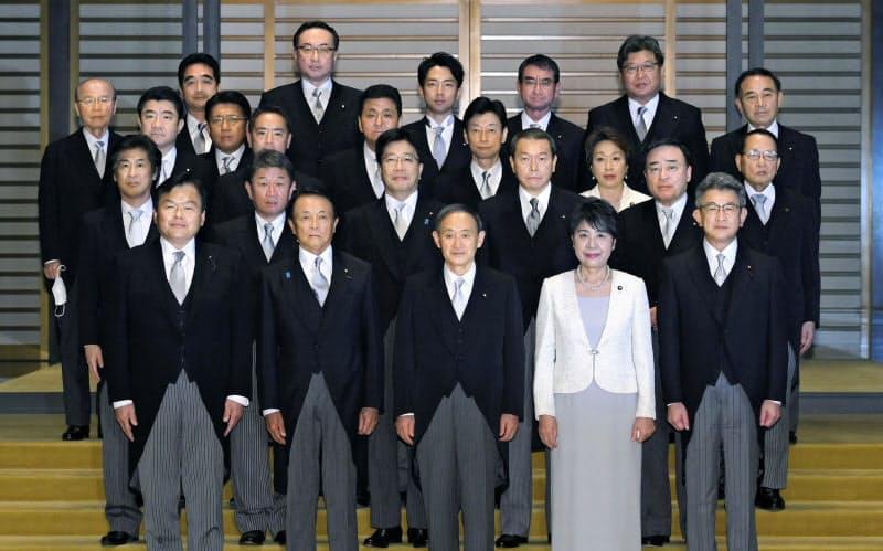 認証式を終え、記念写真に納まる菅義偉首相(前列中央)と閣僚ら(16日、皇居)=代表撮影