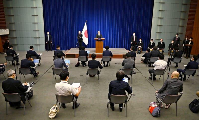 首相官邸で行われた菅義偉首相の記者会見(16日)=共同