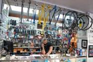 8月の米小売売上高は0.6%の伸びにとどまった(米ニューヨーク市の自転車店)=ロイター
