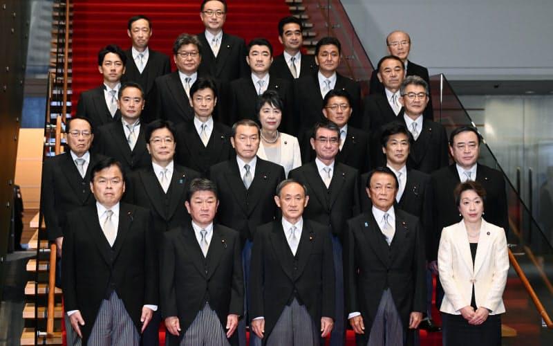 初閣議を終え、記念写真に納まる菅内閣の新閣僚(16日、首相官邸)