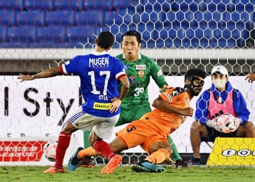 横浜M―清水 前半、自身2点目のゴールを決める横浜M・エリキ(17)。GK大久保(16日、日産スタジアム)=共同