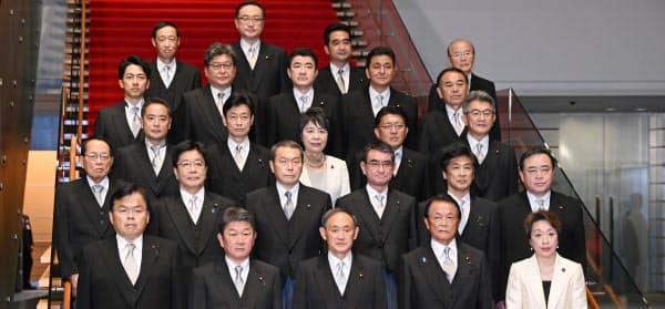 初閣議を終え、記念写真に納まる菅内閣の新閣僚ら(16日、首相官邸)