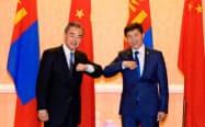 モンゴルのエンフタイワン外相(右)と写真に納まる中国の王毅国務委員兼外相(15日、ウランバートル)=モンゴル外務省提供・共同