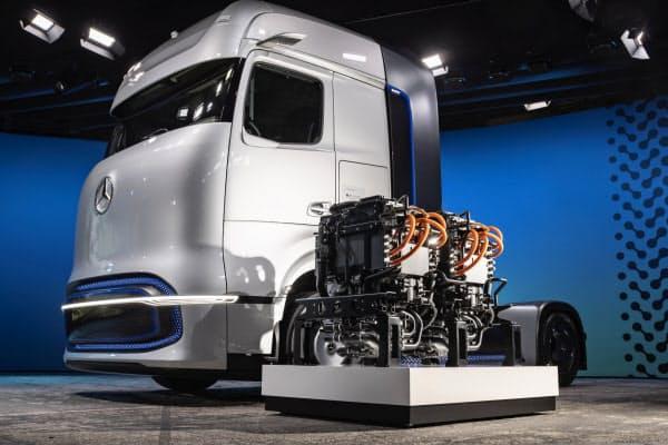 ダイムラーが発表した燃料電池トラックと燃料電池スタック=同社提供