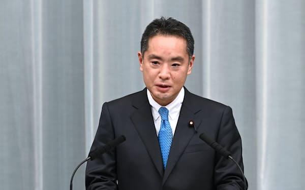 記者会見する井上万博相(17日未明、首相官邸)