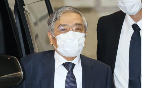 金融政策決定会合に出席するため、日銀本店に到着した黒田総裁(17日午前、東京都中央区)=代表撮影
